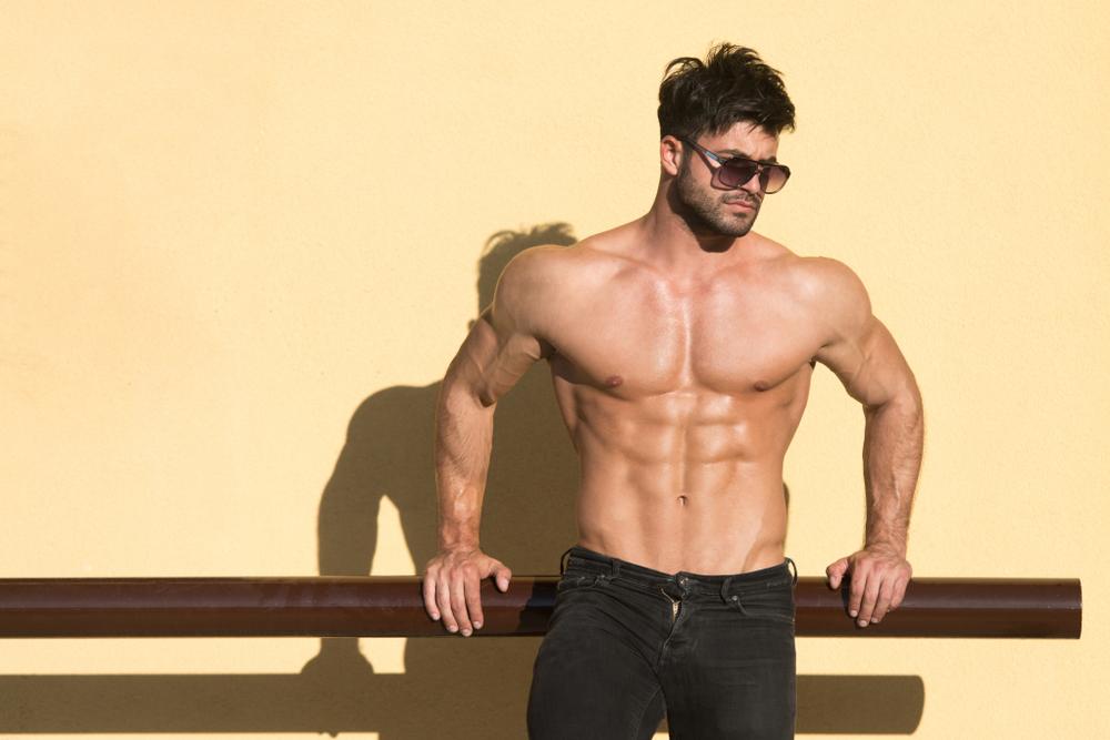サングラスをかけた筋肉男性
