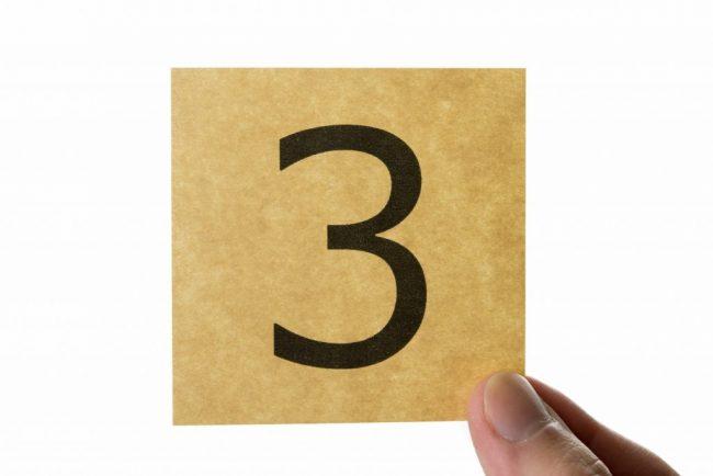 数字の3と書いた紙