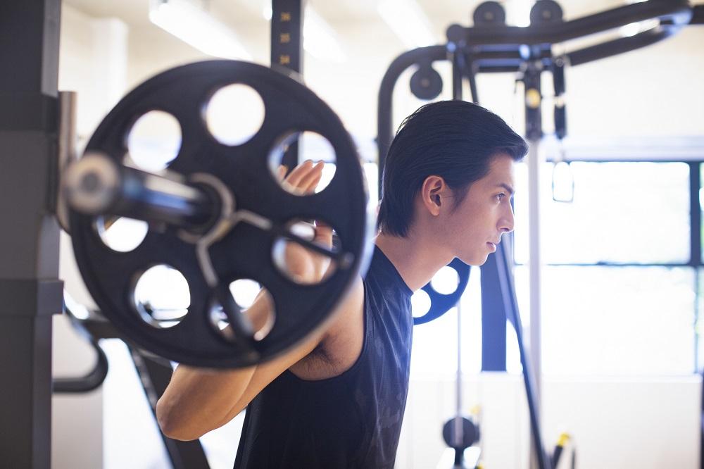 トレーニングをする男性