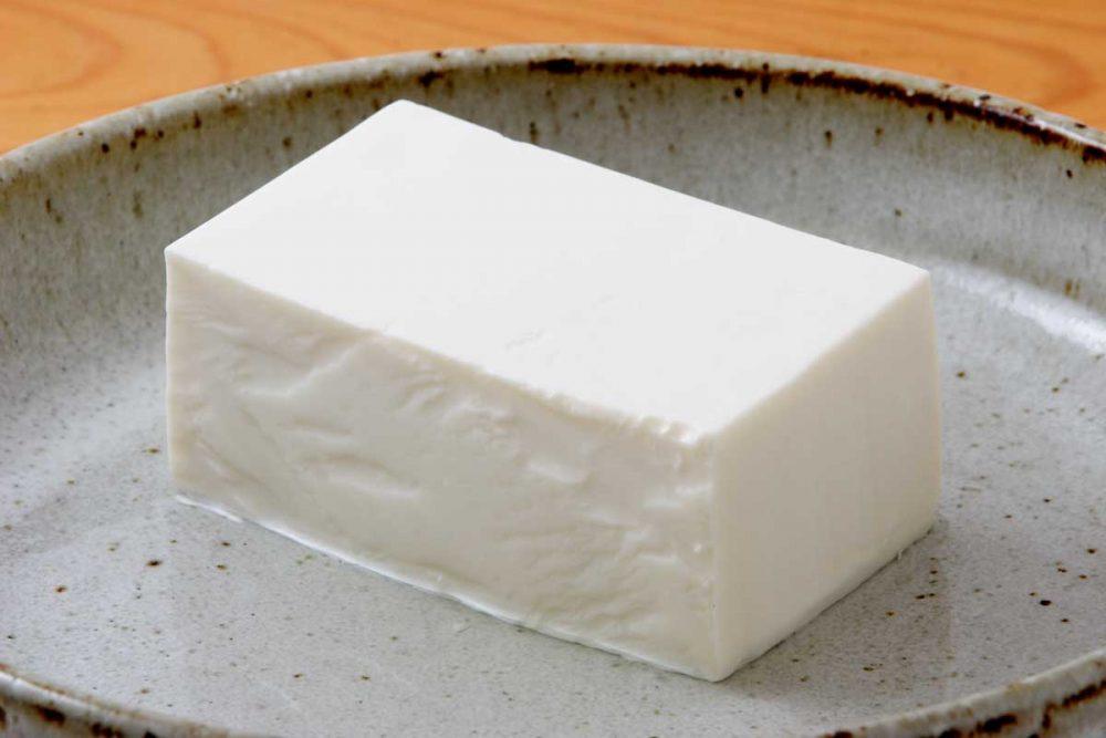 皿にのった絹豆腐